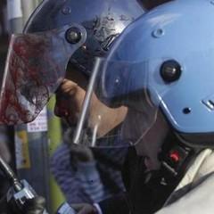 Poliziotto ferito nel corso di una manifestazione