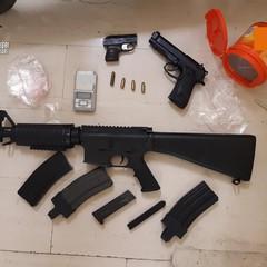 Armi e munizioni nascoste in cantina, blitz di Carabinieri e Polizia