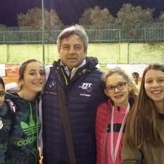 Il gruppo femminile delle Supergreen e delle Green con il responsabile del baby tennis Emilio Andriani