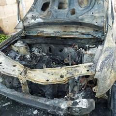 Alba di fuoco in via Michiello: due auto distrutte, una terza danneggiata