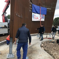 Associazione Imprenditori, posizionata scultura di 4 tonnellate per il monumento a Don Tonino