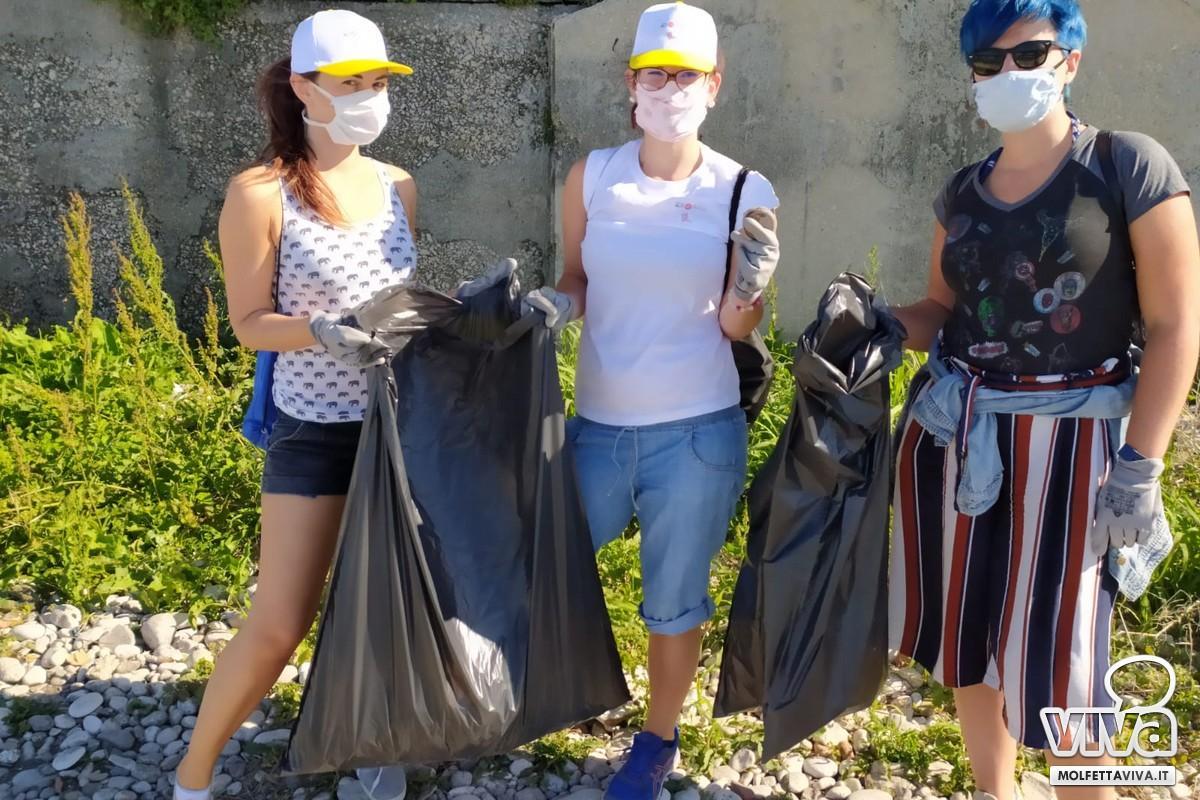 Volontari pulizia la bussola