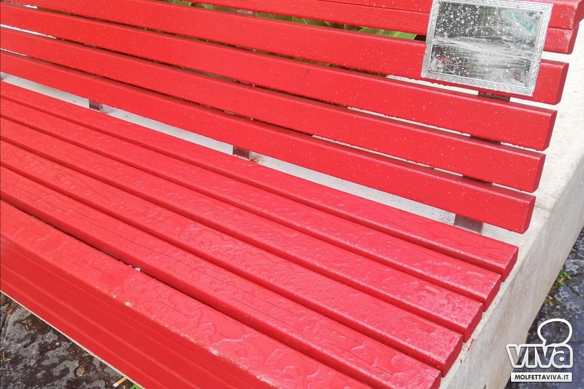 Panchina rossa corso Umberto vandalizzata