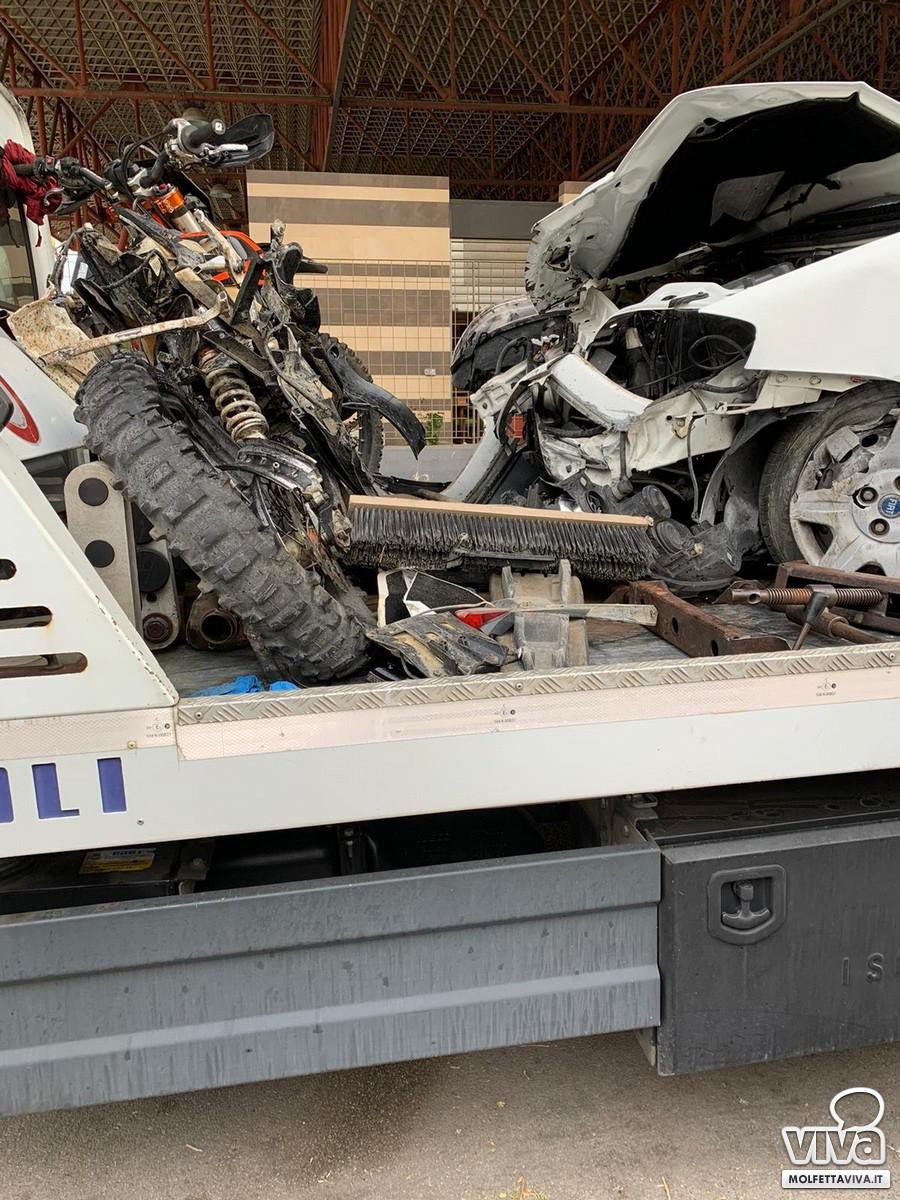 La moto e l'auto distrutti