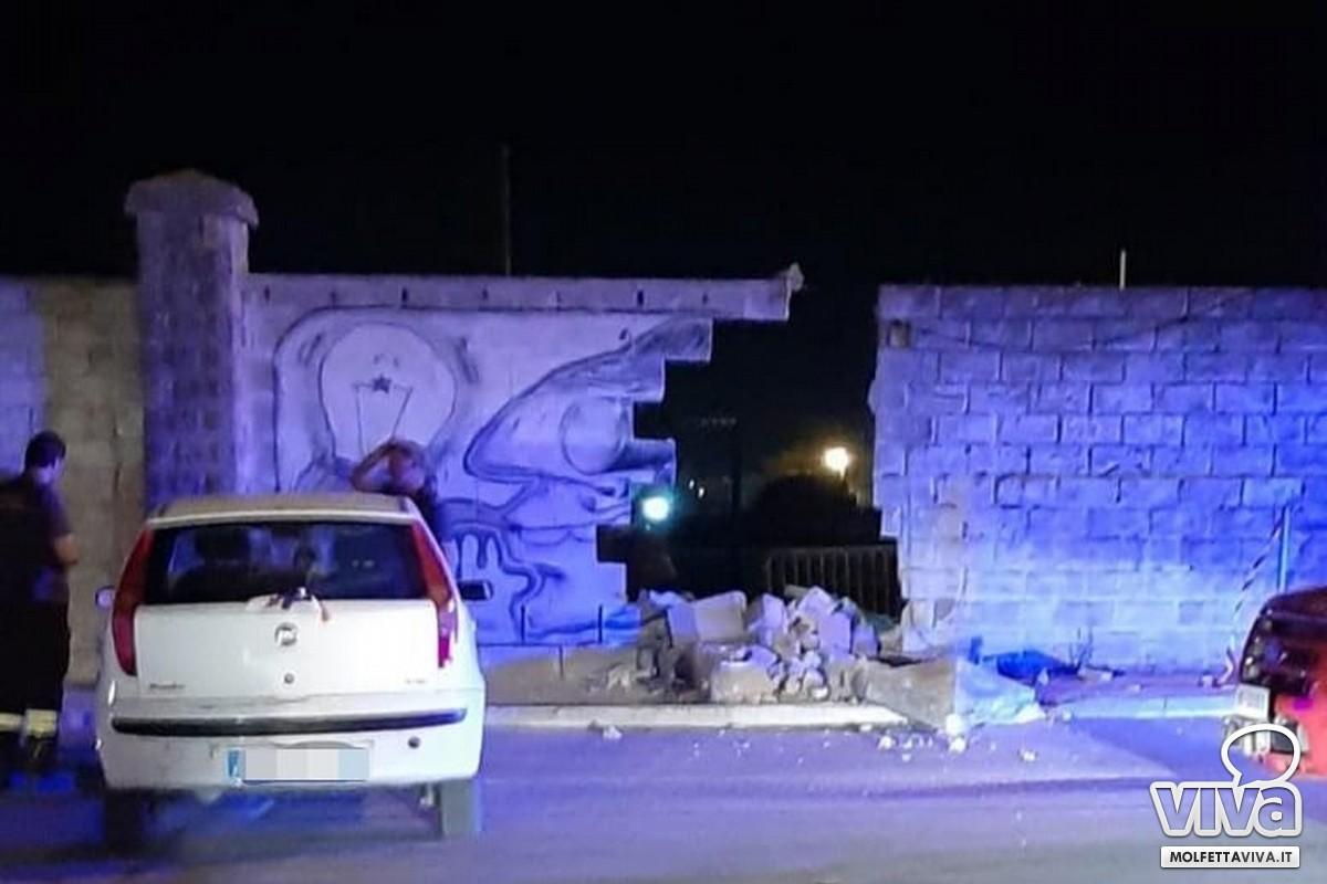 Auto si abbatte sul muro del Paolo Poli