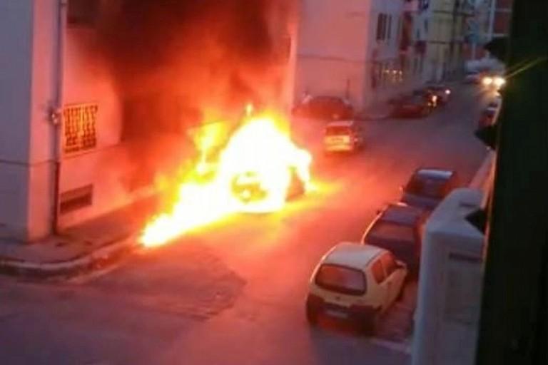 Riecco i roghi: un'auto in fiamme in via Bellini