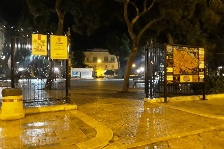 Cancelli aperti alla Villa Comunale