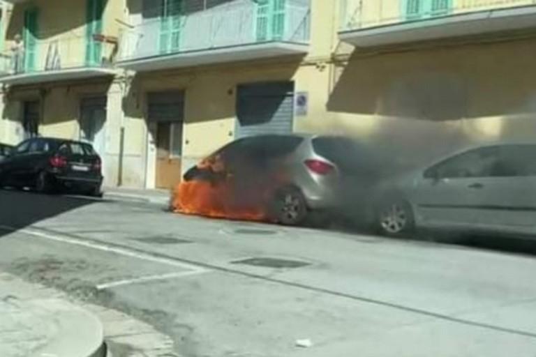 L'Opel Meriva incendiata in via Paolo Poli