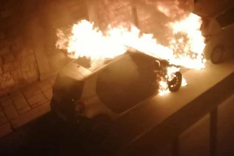 La Smart Fortwo incendiata in via San Domenico