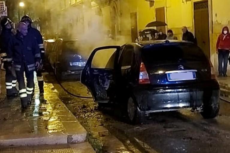 L'auto incendiata in via Cattaneo