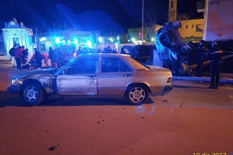 Schianto fra due auto durante il sorpasso. 4 feriti