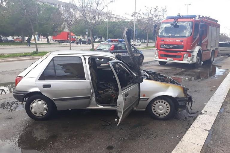 La Ford Fiesta incendiata in via Salvucci
