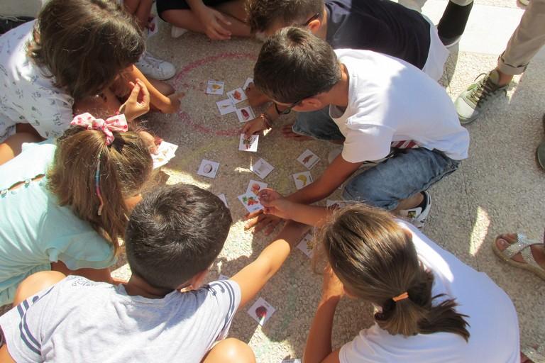Alcuni bambini giocano al Semaforo alimentare JPG