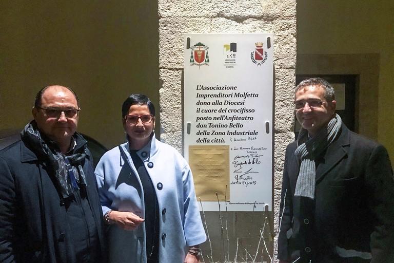 """Associazione Imprenditori, donato alla Diocesi il """"cuore"""" del crocifisso di Don Tonino"""