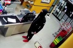 Armato di coltello, rapina un supermercato: individuato in 24 ore