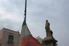 Piazza Mazzini: ripristinata l'asta del tricolore