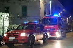 Paura nella notte in via Fornari a causa di un incendio