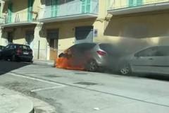Brucia un'auto in via Paolo Poli: sul posto i Vigili del Fuoco