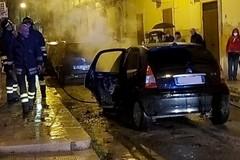 Paura in via Cattaneo, auto prende fuoco in movimento