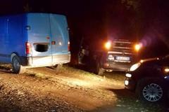 Sorpresi dalla Metronotte, abbandonano il furgone e scappano tra i campi