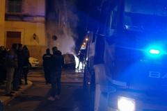 Serata infuocata: due auto in fiamme in via Manzoni