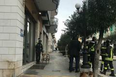 Cadono calcinacci: Vigili del Fuoco in corso Umberto