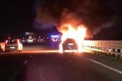 Auto va a fuoco mentre è in marcia. Traffico bloccato e code