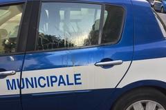 Uova contro auto della Polizia Locale, gruppo di teppisti in azione a corso Umberto