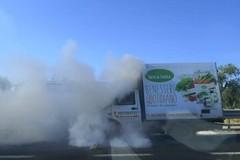 Furgone prende fuoco in movimento sulla 16 bis, illeso il conducente