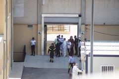 Esasperato dalle difficoltà, minaccia di lanciarsi dal tetto dell'ospedale di Molfetta. Salvato