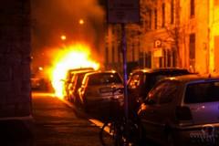 Fiamme nella notte. Auto incendiata in via Poli