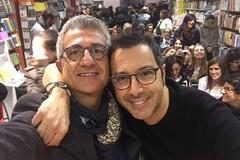 Luca Bianchini conquista i lettori alla libreria il Ghigno