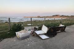 Cala San Giacomo, una discarica in riva al mare. LE IMMAGINI