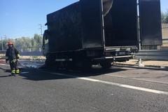 Camion in fiamme sulla 16 bis: code e traffico rallentato