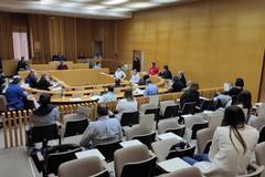 La diretta video del Consiglio Comunale: attese le parole del sindaco sulle indagini per gli appalti