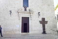La Croce di Sua Santità eccezionalmente posizionata presso la Chiesa dei Cappuccini