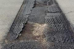 Trappole sull'asfalto tra buche e rattoppi