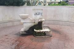 Danni, sporcizia e tanfo di urine: ecco la fontana di piazza Madonna dei Martiri