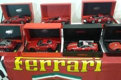 Appassionati e curiosi alla mostra dei modellini Ferrari