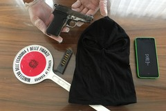 In casa con pistola, passamontagna e marijuana. Arrestato un 27enne
