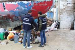 Rifiuti abbandonati a Molfetta, discarica scoperta dalla Guardia Costiera a spiaggia Maddalena