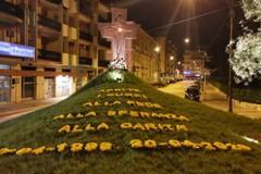 Fiori e parole sul monumento in Piazza Garibaldi per ricordare don Tonino