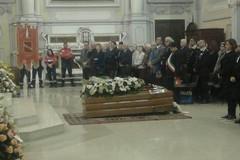 Una Cattedrale gremita tributa l'ultimo saluto al senatore De Cosmo