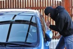Zona Asi, tentano di rubare un'auto e picchiano il proprietario