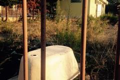 Eternit abbandonato nel campetto comunale di via Salvemini
