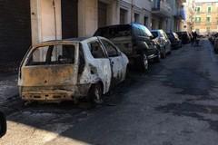 Due auto distrutte e danni al palazzo: notte di fiamme in via Panunzio