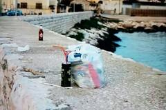 Bottiglie di birra e spazzatura dappertutto: il brutto risveglio di Molo Pennello