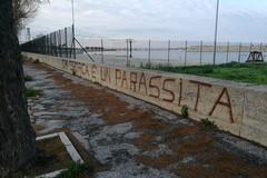 Rione Madonna dei Martiri: «Chi sporca è un parassita» - LE FOTO