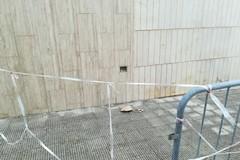 Cimitero, cadono calcinacci da una struttura - LE FOTO