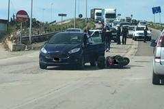 Motociclista finisce contro un'auto. Attimi di paura nella zona industriale